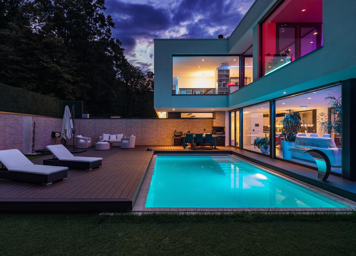 Ett kvällsdopp i er egna pool är ju underbart, beställ er pool idag av Poolgiganten