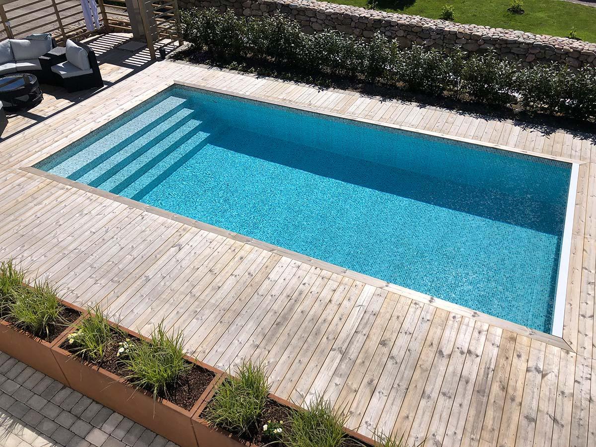 En nedsänkt pool med trädäck ger fint intryck
