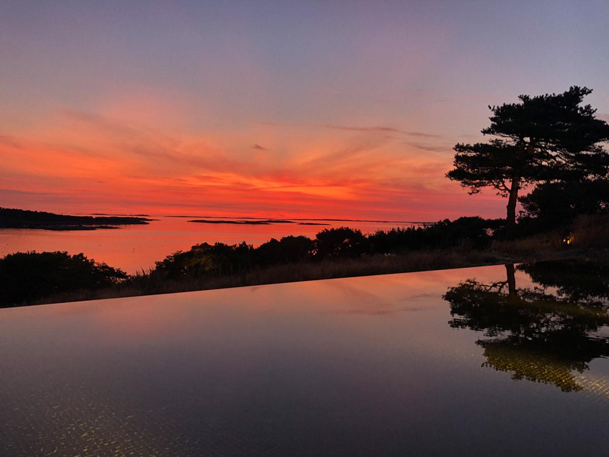 Det är underbart att se solnedgången när man badar i sin egna pool