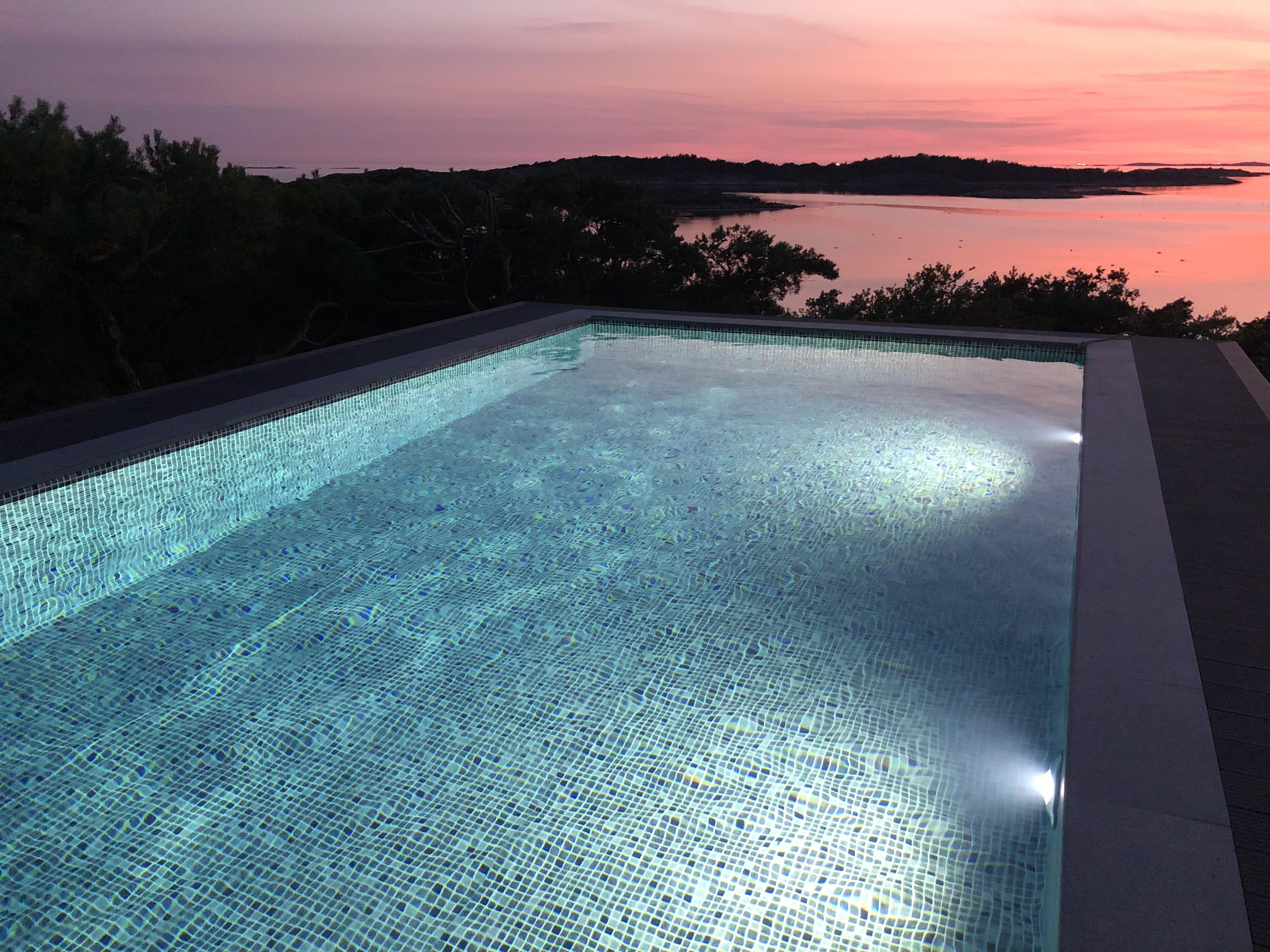 En pool är ju underbart att ha i sin trädgård
