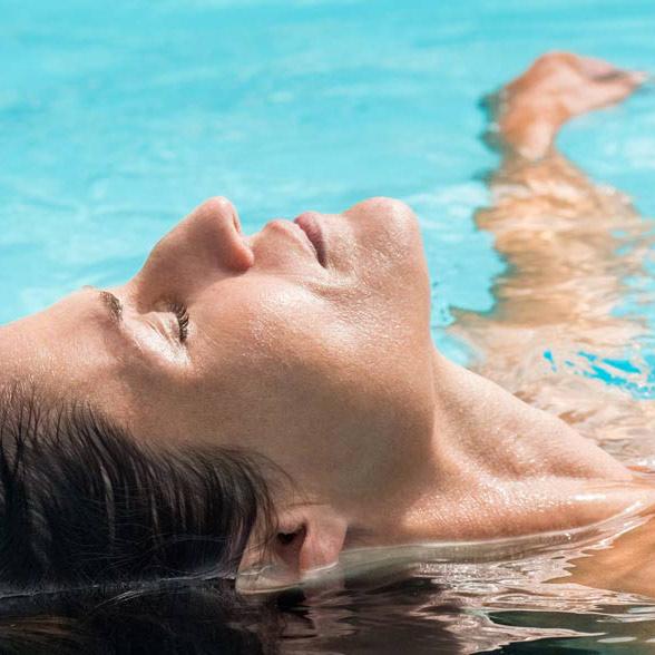 Kvinna i pool